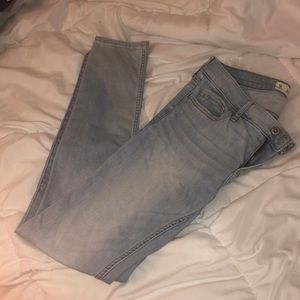 Light wash hollister jeans (size: 5R)